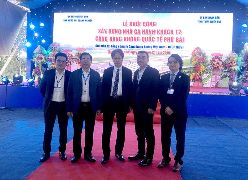Ông Nguyễn Văn Công – Chủ tịch HĐQT (thứ 2 từ phải sang) và ông Nguyễn Đăng Quang – PTGĐ (ngoài cùng bên trái) cùng đại diện AZUSA tham dự lễ khởi công
