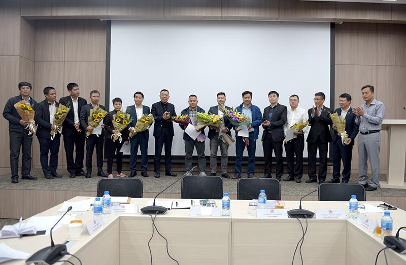 Chủ tịch HĐQT và Tổng Giám đốc tặng hoa chúc mừng các cán bộ mới được bổ nhiệm