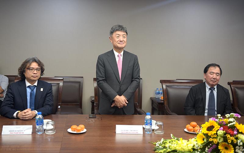 Ngài Fumihiko SUGITANI – Chủ tịch Azusa Sekkei (ở giữa) chia sẻ trong buổi gặp gỡ