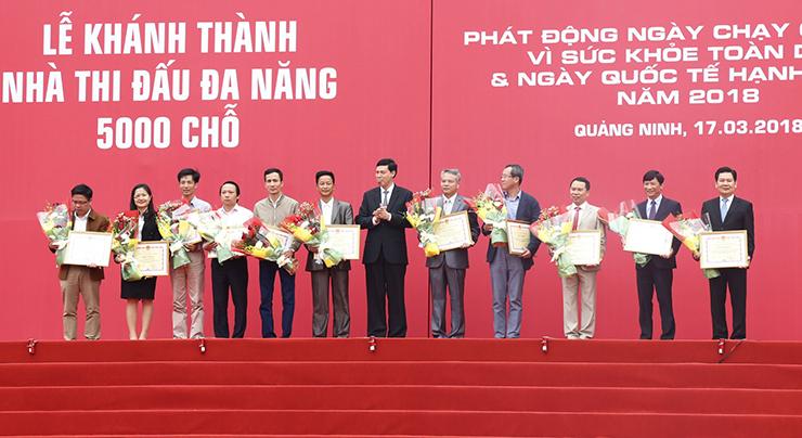 Ông Vũ Thế Văn (thứ 4 từ trái sang) – Giám đốc QLDA công ty CONINCO nhận bằng khen của Chủ tịch UBND tỉnh Quảng Ninh đã có thành tích xuất sắc trong quá trình triển khai, đầu tư xây dựng dự án