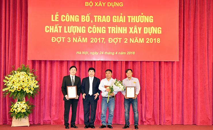 TS. Hà Minh – Tổng Giám đốc CONINCO (thứ nhất từ trái sang) nhận giải thưởng Nhà thầu giám sát công trình xây dựng chất lượng cao