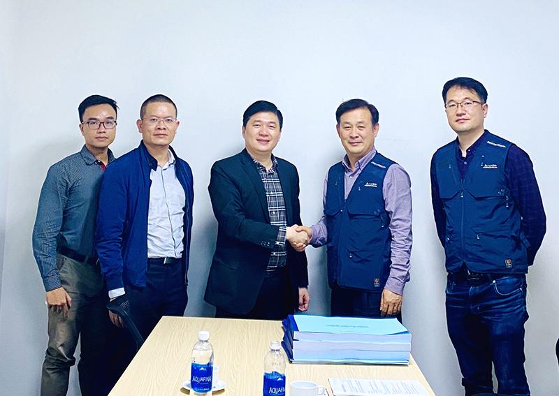 Tổng giám đốc CONINCO - TS. Hà Minh (ở giữa) chụp ảnh cùng ông Kim Jong Woon – Giám đốc Quản lý dự án và ông Lee Dong Jun – Giám đốc dự án Trung tâm R&D Samsung