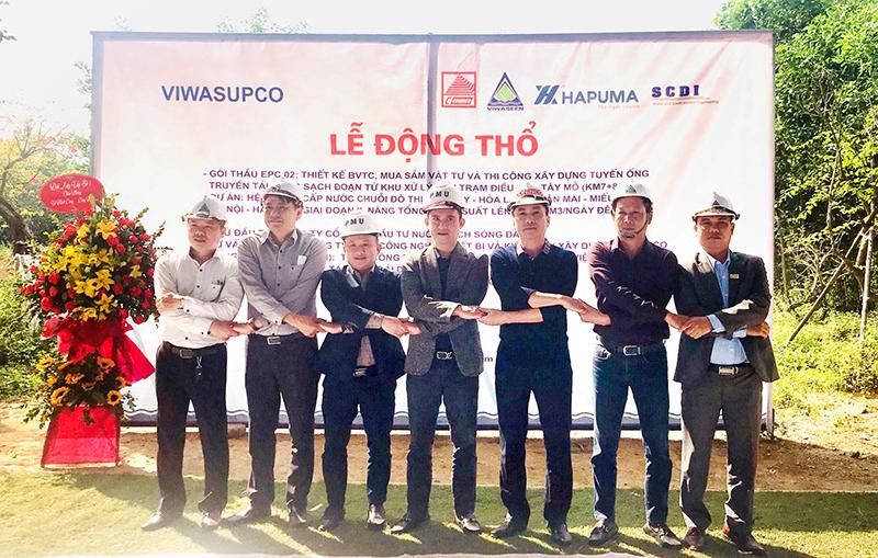 Ông Nguyễn Hữu Trường - Phó tổng giám đốc CONINCO (Thứ ba từ phải sang) chụp ảnh cùng chủ đầu tư tại lễ động thổ