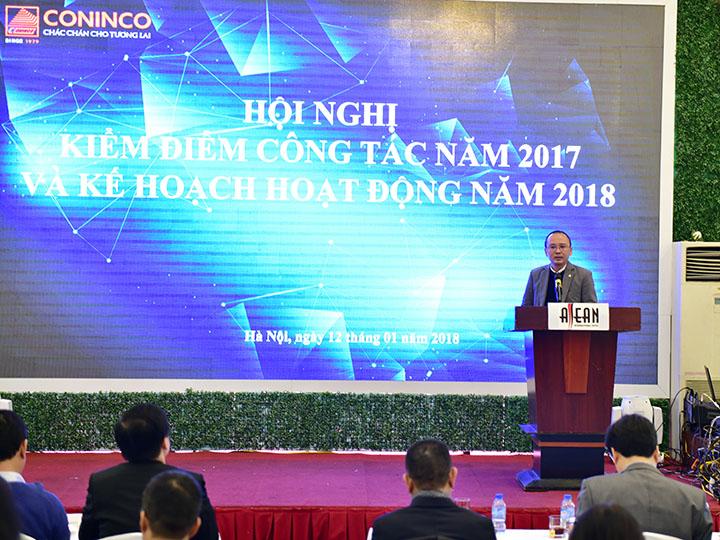 Ông Lê Minh Hoàng – Trưởng phòng Tổ chức nhân sự, thường trực Ban thi đua khen thưởng công bố các danh hiệu thi đua khen thưởng năm 2017