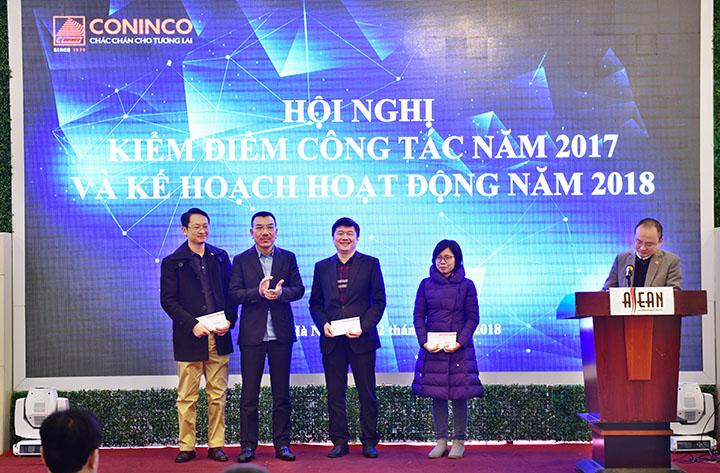 Chủ tịch HĐQT trao phần thưởng cho các cá nhân, đơn vị có thành tích xuất sắc trong công tác nghiên cứu khoa học và đào tạo