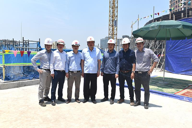 Đ/c Nguyễn Hòa Bình, Chánh án TAND tối cao chụp ảnh cùng tổng thầu thực hiện dự án