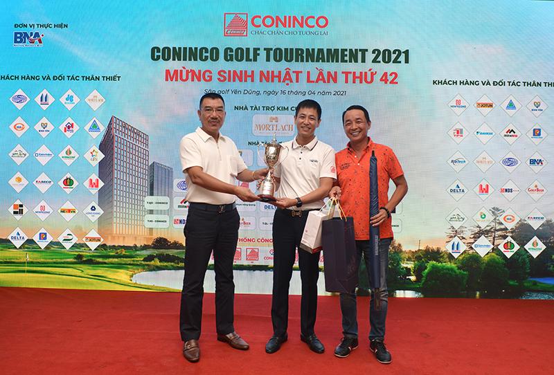 Chủ tịch HĐQT Nguyễn Văn Công và Tổng Thư ký Hiệp hội Golf Việt Nam, Chủ tịch CT giải pháp điều hòa Nhật Nam ông Lê Hùng Nam trao giải Best Gross cho Golfer Trần Ngọc Đồng
