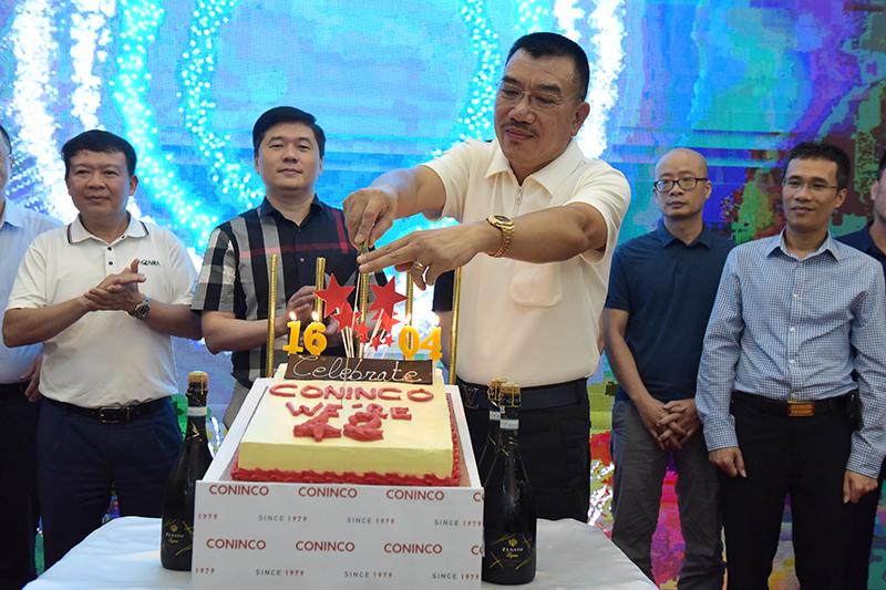 Chủ tịch HĐQT Nguyễn Văn Công cắt bánh chúc mừng sinh nhật CONINCO 42 năm