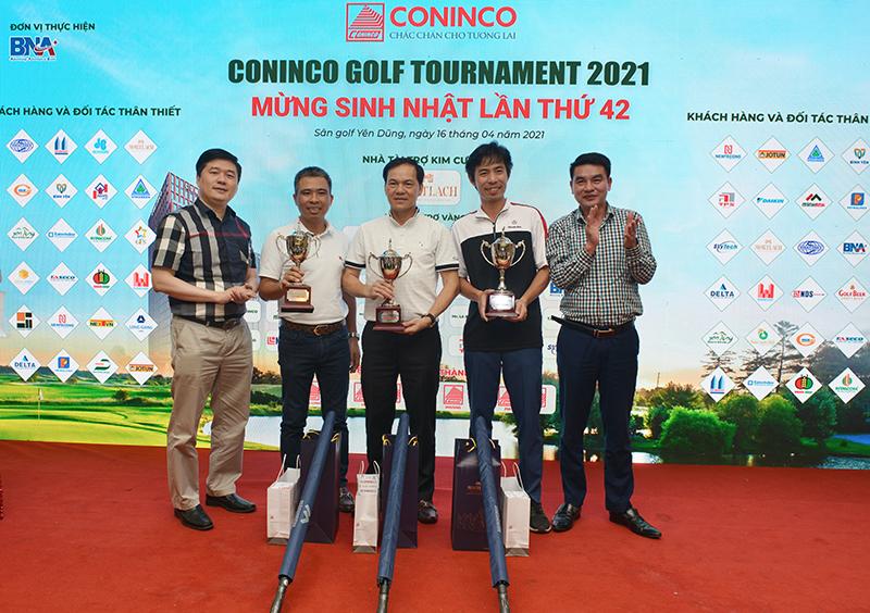 TS. Hà Minh – Tổng Giám đốc CONINCO (đầu tiên bên trái) và đại diện nhà tài trợ trao giải Nhất các bảng cho các Golfer xuất sắc