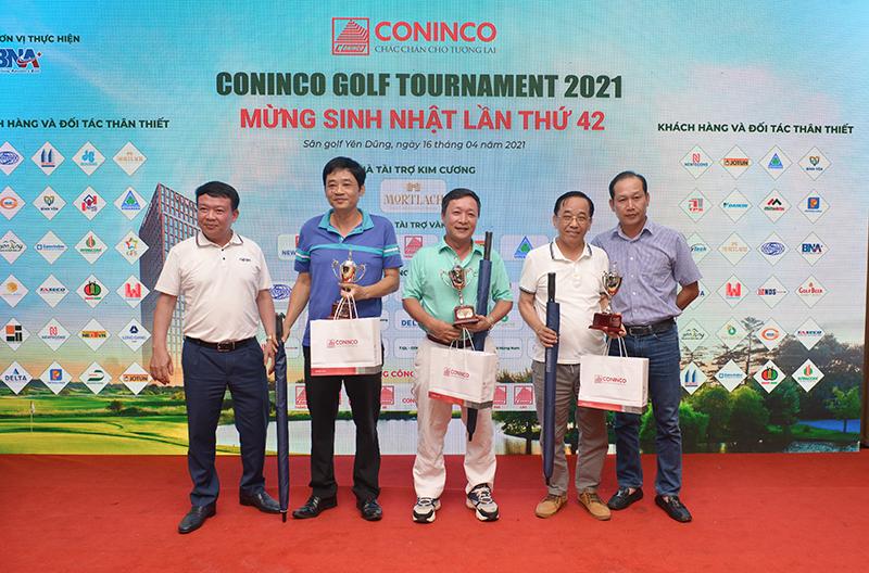 Ông Nguyễn Mạnh Tuấn - Ủy viên HĐQT, Phó TGĐ (đầu tiên bên trái) và đại diện nhà tài trợ trao giải Nhì các bảng cho các Golfer