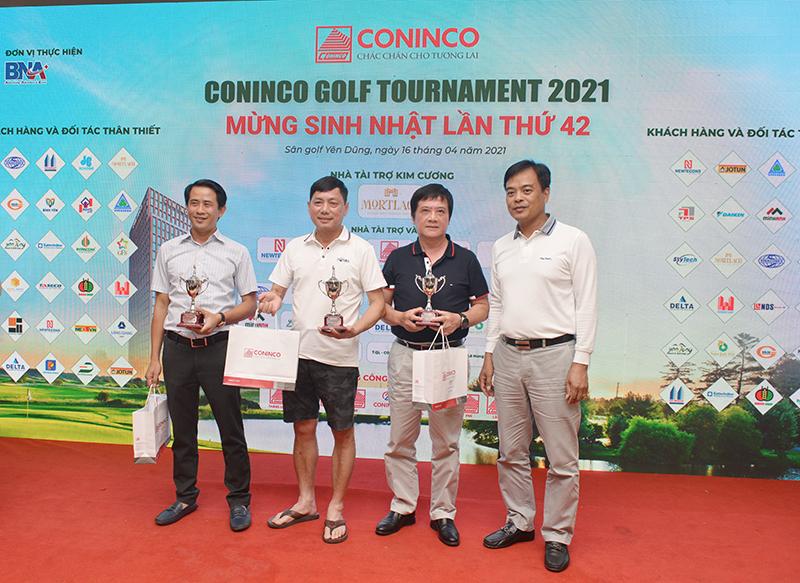 Ông Phan Ngọc Cương - Ủy viên HĐQT, PTGĐ (đầu tiên bên phải) trao giải Ba các bảng cho các Golfer