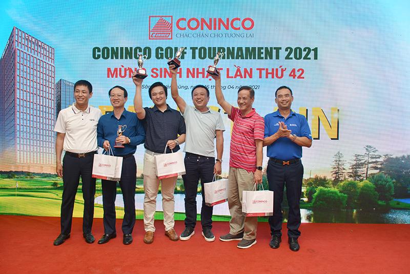 Ông Trần Ngọc Đồng – TGĐ CONINCO Thăng Long, Trưởng ban tổ chức giải và đại diện nhà tài trợ trao giải kỹ thuật cho các golfer