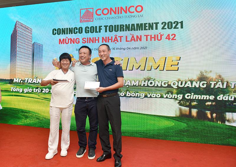 Ông Trần Nhật thành và ông Phạm Hồng Quang trao giải Gimme cho Golfer