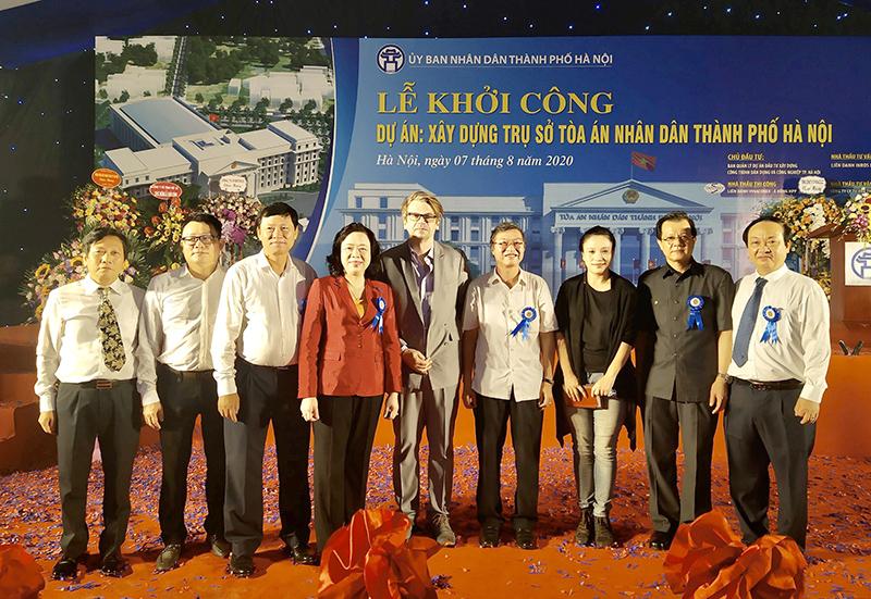 PTGĐ Nguyễn Đăng Quang (thứ 2 từ trái sang) chụp ảnh cùng lãnh đạo thành phố, chủ đầu tư và các đại biểu tham dự buổi lễ