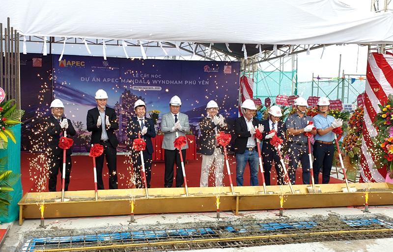 Chủ đầu tư và các nhà thầu tham gia tại dự án thực hiện nghi thức cất nóc công trình