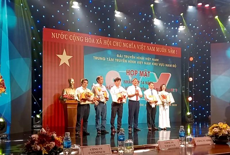 Ông Nguyễn Minh Quân – Phó Tổng giám đốc, Giám đốc Chi nhánh Thành phố Hồ Chí Minh (thứ 3 từ trái sang) nhận bằng khen của Tổng Giám đốc Đài THVN