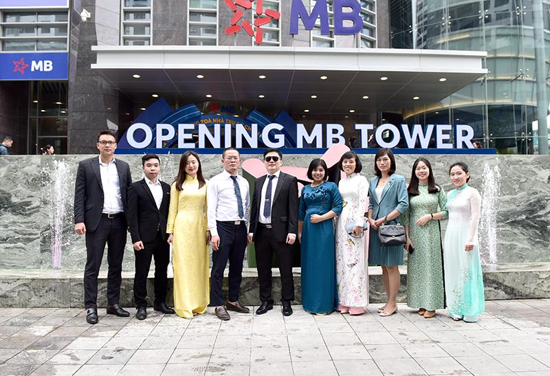 Tổng Giám đốc TS. Hà Minh (thứ 5 từ trái sang) cùng đoàn tư vấn thiết kế tại trụ sở MB Tower