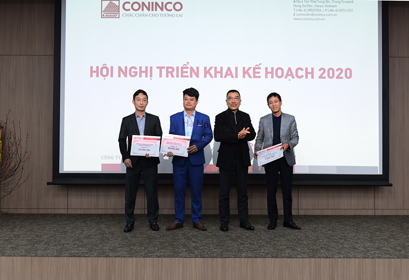 Chủ tịch HĐQT và TGĐ trao phần thưởng cho các đơn vị và các công ty trong hệ thống NQTM hoàn thành xuất sắc kế hoạch SXKD năm 2019.