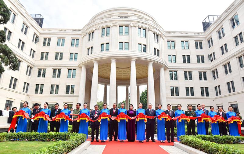 Các đại biểu làm lễ cắt băng khánh thành Trụ sở Tòa án nhân dân tối cao tại 43 Hai Bà Trưng, Hà Nội