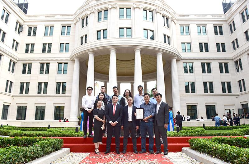 Đại diện các nhà thầu và đoàn CONINCO chụp ảnh lưu niệm tại vườn hoa công lý
