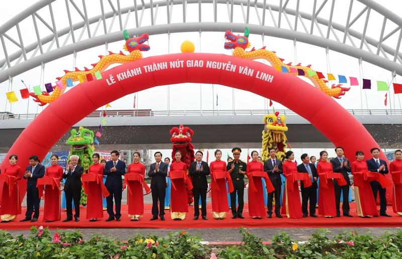 Các đại biểu cắt băng khánh thành nút giao Nguyễn Văn Linh