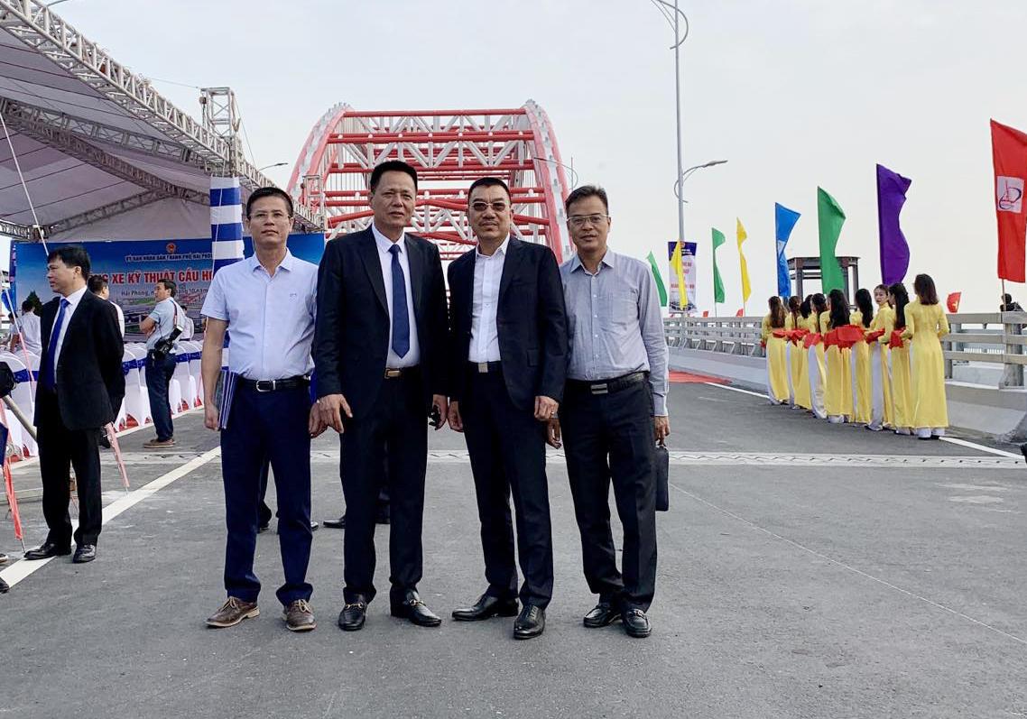 Chủ tịch HĐQT Nguyễn Văn Công (thứ 2 từ phải sang) chụp ảnh cùng Đại diện Chủ đầu tư