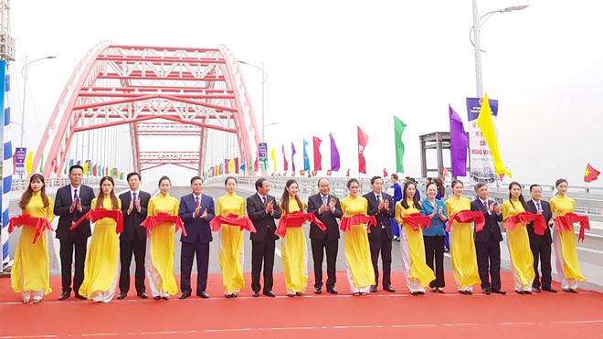 Thủ tướng Nguyễn Xuân Phúc cắt băng thông xe kỹ thuật cầu Hoàng Văn Thụ
