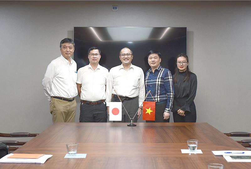 Tổng giám đốc - TS. Hà Minh (thứ hai từ phải sang) chụp hình lưu niệm cùng đoàn lãnh đạo công ty MAEDA