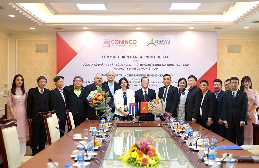Bộ trưởng Bộ Xây dựng Phạm Hồng Hà và Đại sứ Lianys Torres Rivera chúc mừng sự khởi đầu tốt đẹp của CONINCO và DINVAI Việt Nam