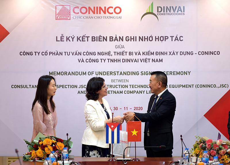 Chủ tịch HĐQT CONINCO - Ông Nguyễn Văn Công tặng hoa và quà tri ân cho Đại sứ Lianys Torres Rivera