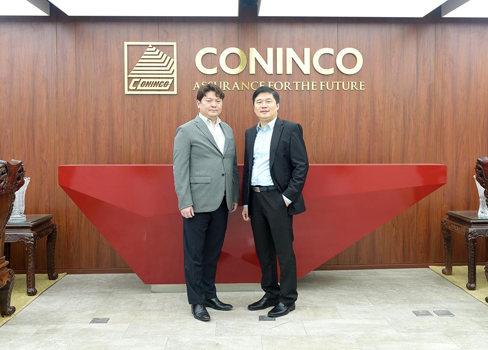 TS. Hà Minh - Tổng Giám đốc CONINCO chụp ảnh kỷ niệm cùng Mr. Tanaka Wataru- Giám đốc điều hành OGAWA DENKI tại Việt Nam