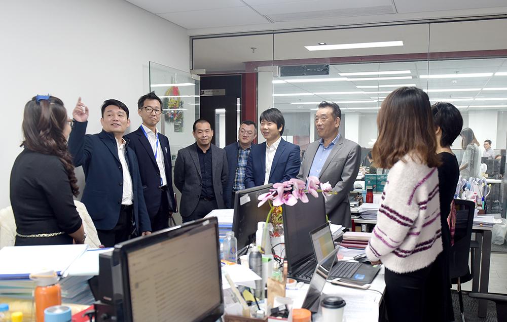 Phó Tổng Giám đốc Nguyễn Đăng Quang (thứ 2 từ trái sang) giới thiệu hệ thống văn phòng làm việc tại CONINCO