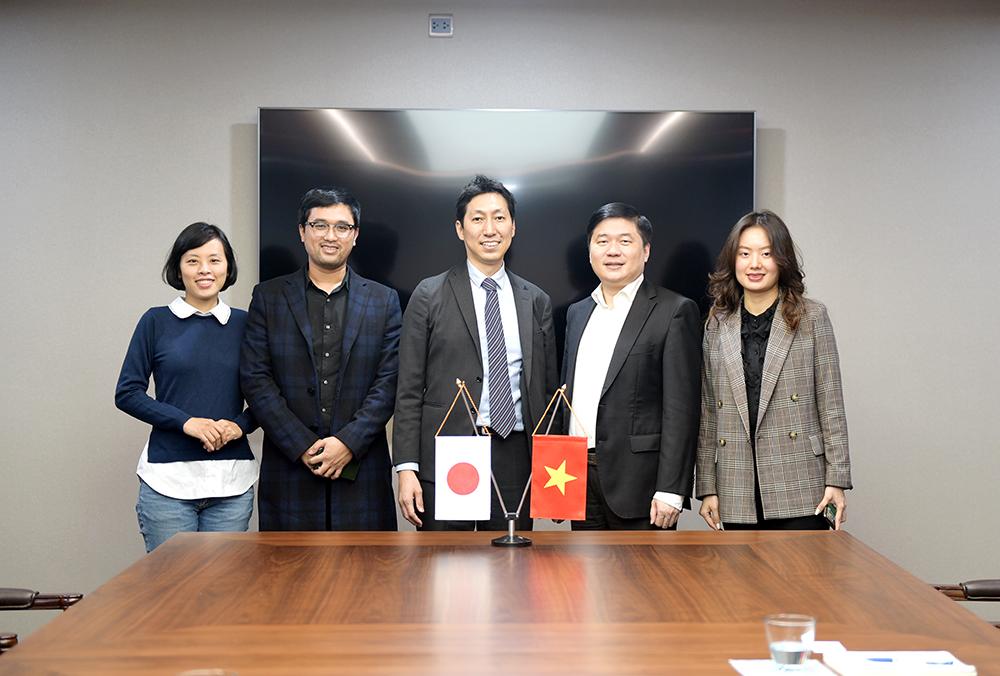TS. Hà Minh – Tổng Giám đốc CONINCO chụp ảnh cùng  ông Hiroyuki Tsurumi  - Chủ tịch Công ty TNHH Plantec Architects, Giám đốc Khu vực Đông Nam Á và công sự