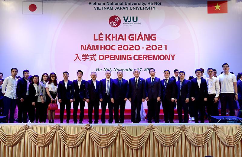 TS. Hà Minh chụp ảnh cùng Ban lãnh đạo trường Đại học Việt Nhật
