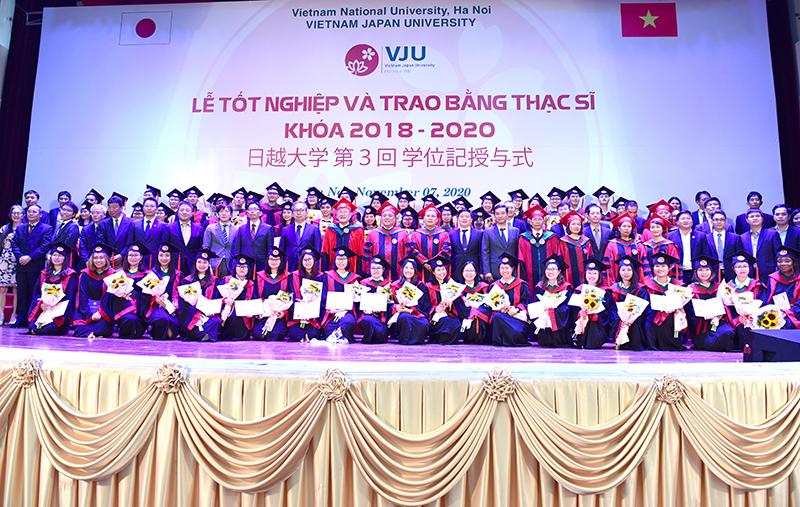 TS. Hà Minh chúc mừng các tân sinh viên, học viên và tân thạc sĩ trường Đại học Việt Nhật