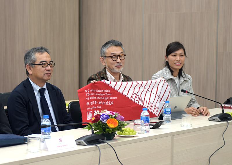 Ông Naoki Tominaga chia sẻ về ý nghĩa của quà tặng - chiếc khăn truyền thống của Nhật Bản được thiết kế và làm thủ công dành riêng cho CONINCO.