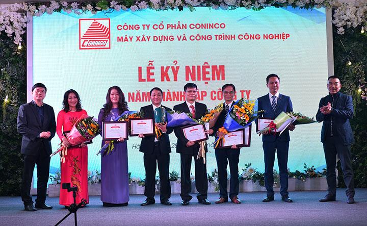 Chủ tịch HĐQT Nguyễn Văn Công, TGĐ Hà Minh – Công ty  CONINCO trao Giấy khen cho Ban lãnh đạo CONINCO - MI