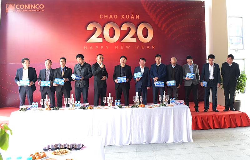 Chủ tịch HĐQT Nguyễn Văn Công tặng khẩu trang y tế và nhắc nhở toàn thể CBNV phải giữ gìn sức khỏe trước dịch bệnh viêm phổi cấp corona đang bùng phát