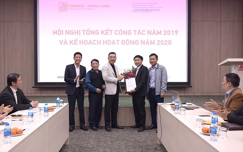 Chủ tịch HĐQT và Ban TGĐ chụp ảnh kỷ niệm chúc mừng PTGĐ Hoàng Văn Thiều