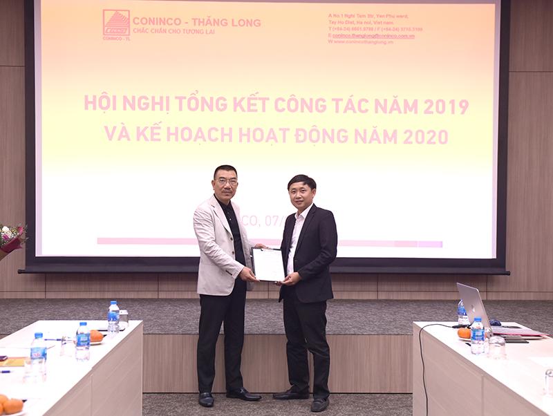 Chủ tịch HĐQT Nguyễn Văn Công trao quyết định cho kỹ sư Hoàng Văn Thiều