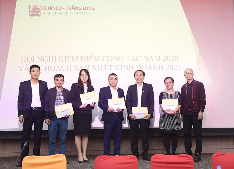 Phó Tổng Giám đốc CONINCO Nguyễn Lương Bình (ngoài cùng bên phải) và Tổng Giám đốc CONINCO Thăng Long Trần Ngọc Đồng tặng quà cho đoàn tư vấn và các cá nhân tiêu biểu năm 2020