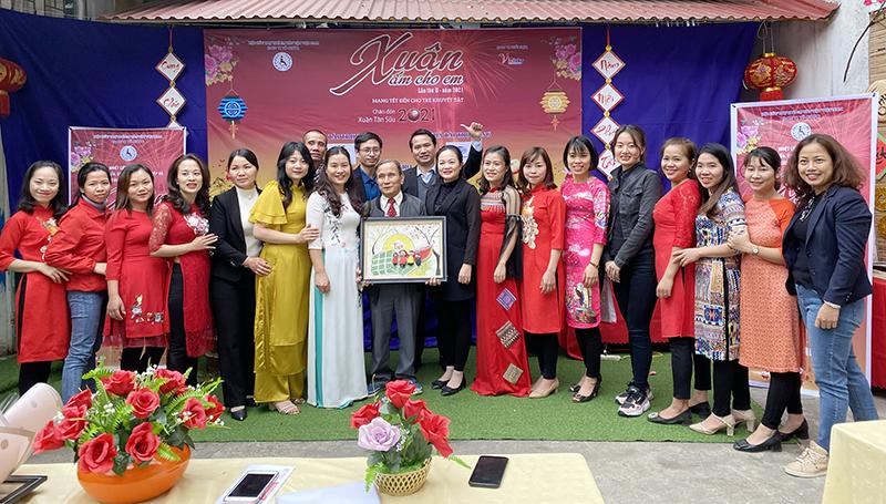 Đại diện Trung tâm tặng hoa và tranh là những sản phẩm được làm bởi chính tay các cháu học sinh tại Trung tâm cho CONINCO và các nhà tài trợ