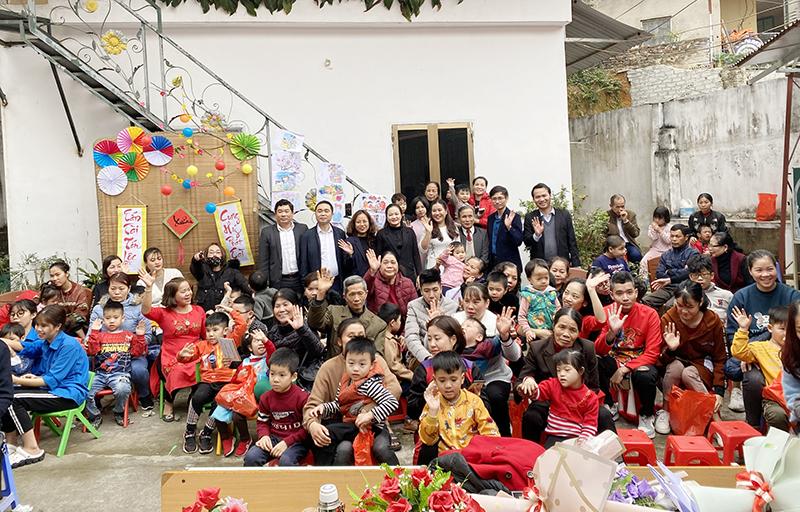 CONINCO và các nhà tài trợ chụp ảnh lưu niệm với các cháu tại Trung tâm