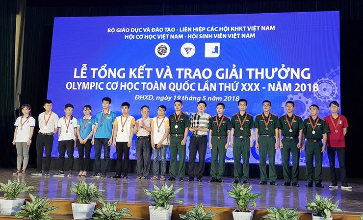 TS. Hà Minh – TGĐ CONINCO trao giải thưởng và chụp ảnh lưu niệm cùng các sinh viên đạt giải