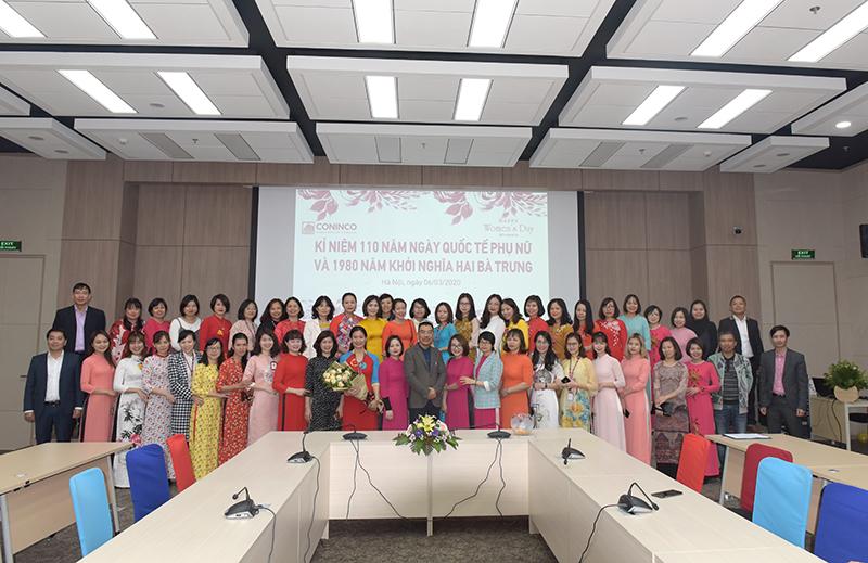 Ông Nguyễn Văn Công - Chủ tịch HĐQT chia sẻ tại buổi lễ và chụp ảnh kỷ niệm cùng toàn thể chị em Công ty