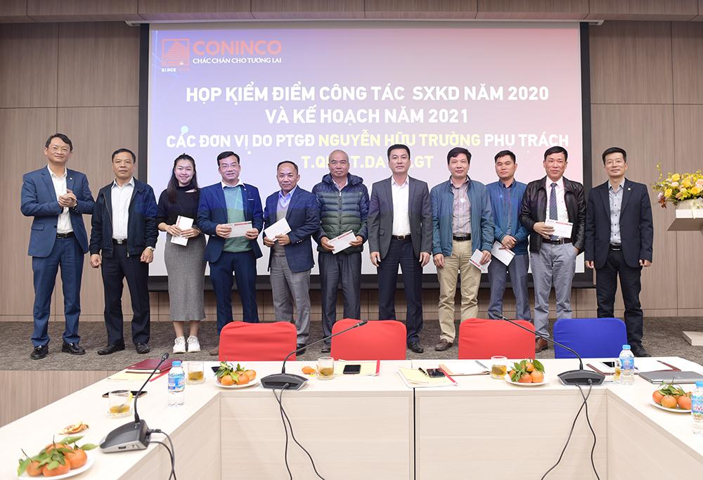 PTGĐ Nguyễn Hữu Trường và Giám đốc 03 đơn vị trao phần thưởng tuyên dương các cán bộ tiêu biểu năm 2020