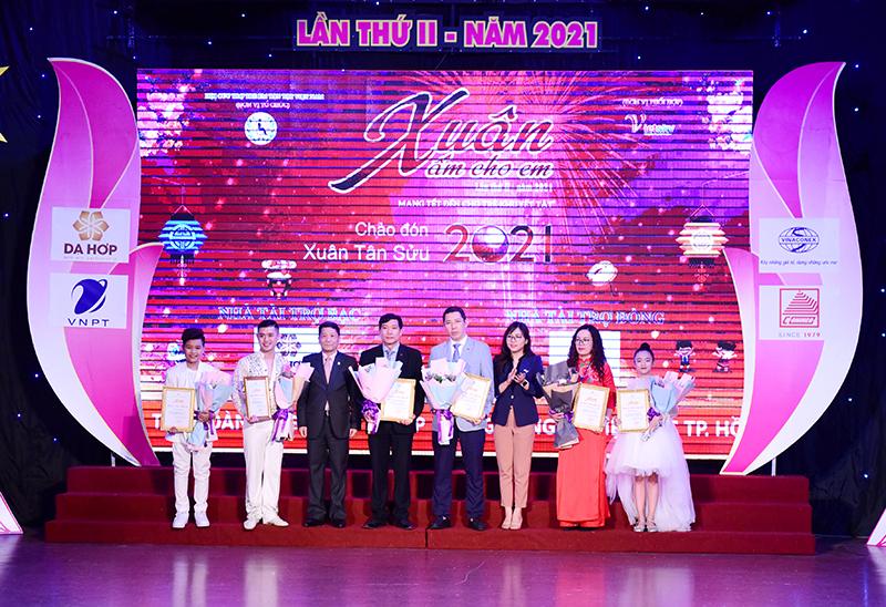 Ông Nguyễn Huy Quang – Bí thư Đảng ủy, Chủ tịch Công đoàn CONINCO (thứ 4 từ trái sang) nhận bảng vàng tri ân của BTC dành cho nhà tài trợ tiêu biểu của chương trình