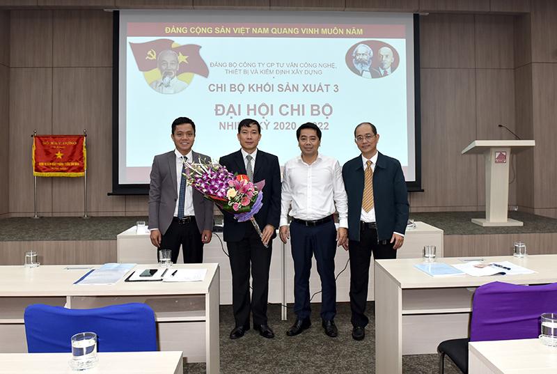 Đ/c Phó Bí thư Đảng ủy Lê Xuân Tường tặng hoa chúc mừng Chi ủy Chi bộ Khối sản xuất 3 nhiệm kỳ 2020 - 2022