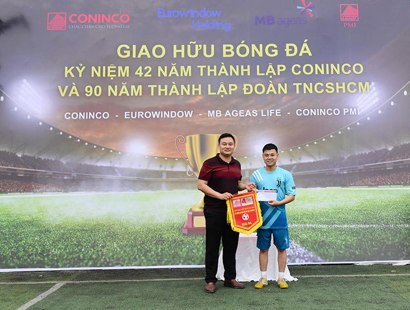 Đ/c Nguyễn Đình Long – Phó Bí thư Đoàn thanh niên cơ quan Bộ Xây dựng trao tặng cơ lưu niệm và phần thưởng cho đội được giải ba và giải khuyến khích