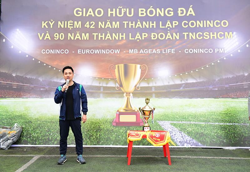 Ông Đỗ Tuấn Anh – Phó Tổng Giám đốc Công Ty Trách Nhiệm Hữu Hạn Bảo Hiểm Nhân Thọ MB Ageas động viên tinh thần các cầu thủ trước giờ khai mạc